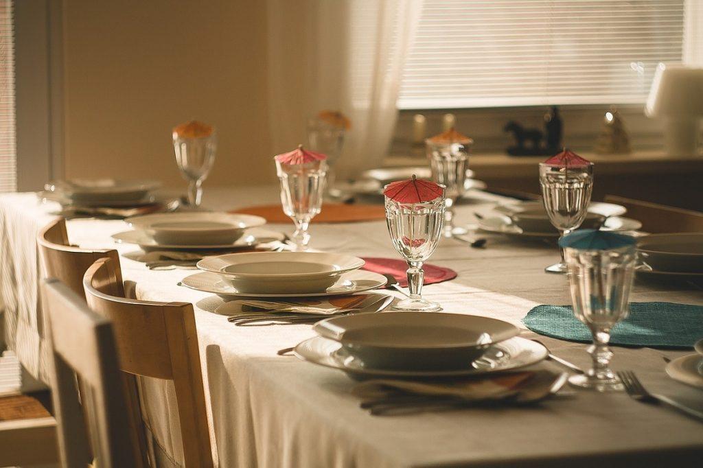 De tafel dekken met een wit tafelkleed